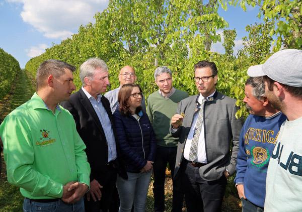 Auf dem Foto von links nach rechts: Uwe Freudensprung, Landtagsabgeordneter Karl Klein, Tanja Freudensprung, LVEO-Präsident Franz-Josef Müller, Bundestagsabgeordneter Dr. Stephan Harbarth und Landwirtschaftsminister Peter Hauk.